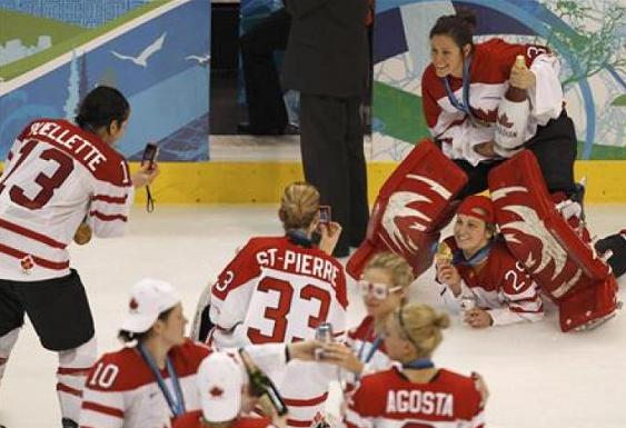 Канадские хоккеистки после получения медалей