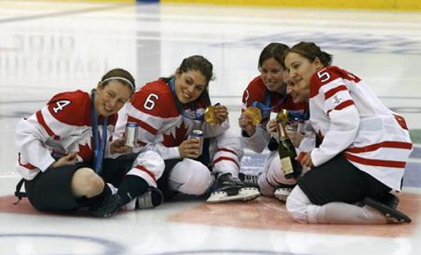 Канадские хоккеистки пьют прямо на льду