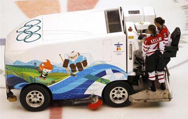 Becky Kellar (4) и Colleen Sostorics катаются на ледовой машине