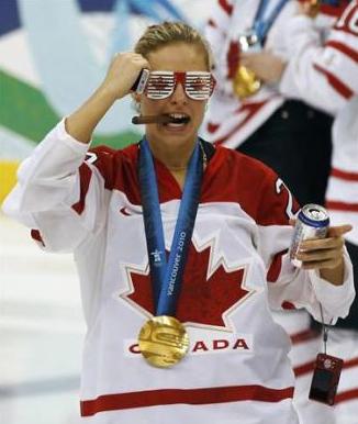Tessa Bonhomme позирует с золотой медалью и сигарой